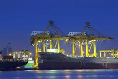 Όμορφος φωτισμός του σκάφους εμπορευματοκιβωτίων σε χρήση λιμένων για την εισαγωγή, exp στοκ εικόνα με δικαίωμα ελεύθερης χρήσης