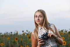Όμορφος φωτογράφος νέων κοριτσιών με τη κάμερα φωτογραφιών στη φύση Στοκ Φωτογραφίες