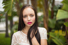 Όμορφος χίπης brunette που εξετάζει τη κάμερα Στοκ φωτογραφία με δικαίωμα ελεύθερης χρήσης