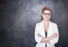 Όμορφος χαμογελώντας δάσκαλος στο υπόβαθρο πινάκων Στοκ φωτογραφίες με δικαίωμα ελεύθερης χρήσης