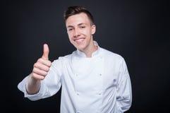 Όμορφος χαμογελώντας αρχιμάγειρας που δίνει τον αντίχειρα επάνω Στοκ Εικόνες