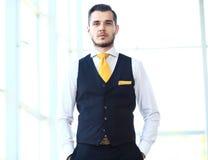 Όμορφος χαμογελώντας βέβαιος επιχειρηματίας στοκ φωτογραφίες