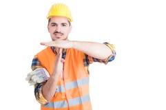 Όμορφος χαμογελώντας μηχανικός που βρίσκει έναν χρόνο - έξω χειρονομία με τα χέρια στοκ φωτογραφία