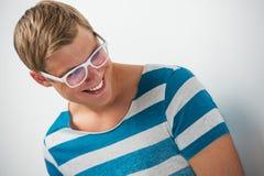Όμορφος χαμογελώντας νεαρός άνδρας που φορά τα γυαλιά Στοκ φωτογραφία με δικαίωμα ελεύθερης χρήσης