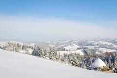 όμορφος χειμώνας ιστορίας χιονιού εξοχικών σπιτιών φινλανδικός δασικός κόκκινος s Στοκ εικόνες με δικαίωμα ελεύθερης χρήσης