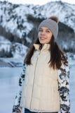 Όμορφος χειμώνας πατινάζ πάγου γυναικών υπαίθρια, χαμόγελο του προσώπου Βουνά στην ανασκόπηση στοκ φωτογραφία