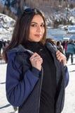 Όμορφος χειμώνας πατινάζ πάγου γυναικών υπαίθρια, χαμόγελο του προσώπου Βουνά στην ανασκόπηση στοκ εικόνες