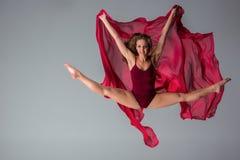 Όμορφος χορευτής γυναικών που φορά την καφέ τοποθέτηση μαγιό σε ένα γκρίζο υπόβαθρο στούντιο στοκ εικόνες με δικαίωμα ελεύθερης χρήσης