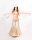 Όμορφος χορευτής κοιλιών που γυρίζει με το πέπλο Στοκ Εικόνες