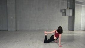 Όμορφος χορευτής κοριτσιών που κάνει το τέντωμα απόθεμα βίντεο