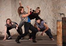 Όμορφος χορευτής με την ομάδα λυκίσκου ισχίων Στοκ Εικόνες