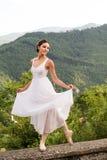 Όμορφος χορευτής μπαλέτου με το ρομαντικό άσπρο κοστούμι ως νύφη στοκ φωτογραφίες με δικαίωμα ελεύθερης χρήσης