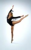 Όμορφος χορευτής μπαλέτου που κάνει ένα arabesque στοκ φωτογραφίες