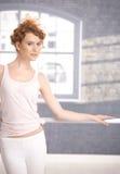 Όμορφος χορευτής που υπερασπίζεται την άσκηση ράβδων Στοκ Εικόνα