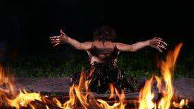 Όμορφος χορευτής στις φλόγες πυρκαγιάς φιλμ μικρού μήκους