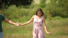 Όμορφος χορός ζευγών στον τομέα απολαύστε ο ένας τον άλλον και το χαμόγελο Θερινός καιρός Ρομαντικό atmophere κίνηση αργή απόθεμα βίντεο