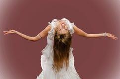 Όμορφος χορός κοιλιών χορού κοριτσιών στο κόκκινο υπόβαθρο Στοκ Εικόνες