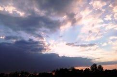 Όμορφος χορός των σύννεφων βραδιού στοκ φωτογραφία με δικαίωμα ελεύθερης χρήσης
