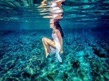 Όμορφος χορός υποβρύχιος Στοκ φωτογραφία με δικαίωμα ελεύθερης χρήσης