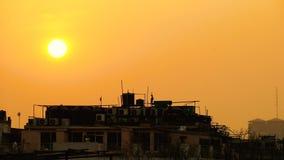 Όμορφος χρυσός ήλιος που θέτει πέρα από τις στέγες του Νέου Δελχί απόθεμα βίντεο