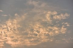 Όμορφος χρυσός ουρανός ηλιοβασιλέματος Στοκ φωτογραφία με δικαίωμα ελεύθερης χρήσης