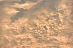 Όμορφος χρυσός ουρανός ηλιοβασιλέματος Στοκ εικόνα με δικαίωμα ελεύθερης χρήσης