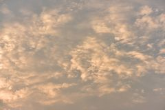 Όμορφος χρυσός ουρανός ηλιοβασιλέματος Στοκ Φωτογραφία