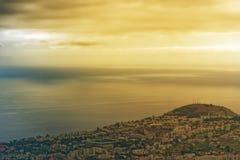 Όμορφος χρυσός ουρανός πέρα από την ακτή στο νησί της Μαδέρας στοκ φωτογραφία με δικαίωμα ελεύθερης χρήσης