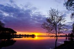 όμορφος χρόνος ηλιοβασιλέματος άνοιξη λιμνών Στοκ Φωτογραφία