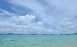 Όμορφος ωκεανός με το μπλε ουρανό Στοκ Εικόνες