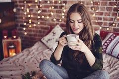 όμορφος όντας αλλαγμένη κατανάλωση καφέ που πλαισιώνεται έχει τις εικόνες το χαρτοφυλάκιο φωτογραφιών μου στη γυναίκα τοίχων Στοκ φωτογραφία με δικαίωμα ελεύθερης χρήσης