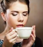 όμορφος όντας αλλαγμένη κατανάλωση καφέ που πλαισιώνεται έχει τις εικόνες το χαρτοφυλάκιο φωτογραφιών μου στη γυναίκα τοίχων Στοκ εικόνες με δικαίωμα ελεύθερης χρήσης