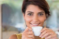 όμορφος όντας αλλαγμένη κατανάλωση καφέ που πλαισιώνεται έχει τις εικόνες το χαρτοφυλάκιο φωτογραφιών μου στη γυναίκα τοίχων στοκ εικόνες
