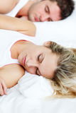 Όμορφος ύπνος γυναικών με το φίλο της Στοκ φωτογραφίες με δικαίωμα ελεύθερης χρήσης