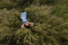 Όμορφος ύπνος γυναικών στην ψηλή χλόη Στοκ εικόνα με δικαίωμα ελεύθερης χρήσης