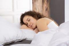 Όμορφος ύπνος κοριτσιών στο κρεβάτι μόνο Στοκ εικόνες με δικαίωμα ελεύθερης χρήσης