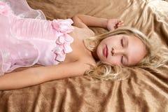Όμορφος ύπνος μικρών κοριτσιών στο κρεβάτι Στοκ φωτογραφία με δικαίωμα ελεύθερης χρήσης