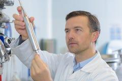 Όμορφος ώριμος επιστήμονας στο εργαστήριο στοκ εικόνα με δικαίωμα ελεύθερης χρήσης