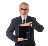 Όμορφος ώριμος επιχειρηματίας με τη συσκευή Στοκ Φωτογραφία