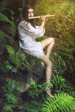 Όμορφος dryad που παίζει ένα φλάουτο Στοκ Εικόνες