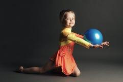 Όμορφος gymnast κοριτσιών με μια σφαίρα στοκ φωτογραφία