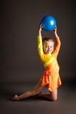Όμορφος gymnast κοριτσιών με τη σφαίρα στοκ εικόνες με δικαίωμα ελεύθερης χρήσης