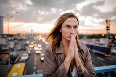 Όμορφος redhead και μπλε-eyed νεαρός άνδρας στο υπόβαθρο της πόλης Στοκ φωτογραφία με δικαίωμα ελεύθερης χρήσης