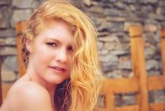 Όμορφος redhead στη φύση Στοκ Εικόνες