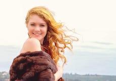 Όμορφος redhead στη φύση Στοκ φωτογραφία με δικαίωμα ελεύθερης χρήσης
