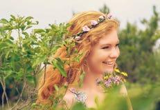 Όμορφος redhead στη φύση Στοκ Φωτογραφίες