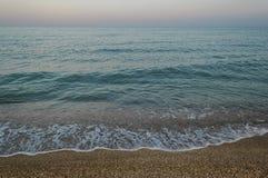 Όμορφος seascape και βραδιού πορφυρός ουρανός Στοκ εικόνα με δικαίωμα ελεύθερης χρήσης