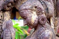 Όμορφο άγαλμα μιας γυναίκας με το πουλί Στοκ εικόνα με δικαίωμα ελεύθερης χρήσης