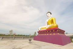 Όμορφο άγαλμα του Βούδα με τον ουρανό στο δημόσιο ναό θέσης της Ταϊλάνδης chiangmai SAN kamphaeng με το θερμό τόνο Στοκ εικόνες με δικαίωμα ελεύθερης χρήσης
