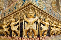 Όμορφο άγαλμα Garudu στον ταϊλανδικό ναό Στοκ Φωτογραφίες